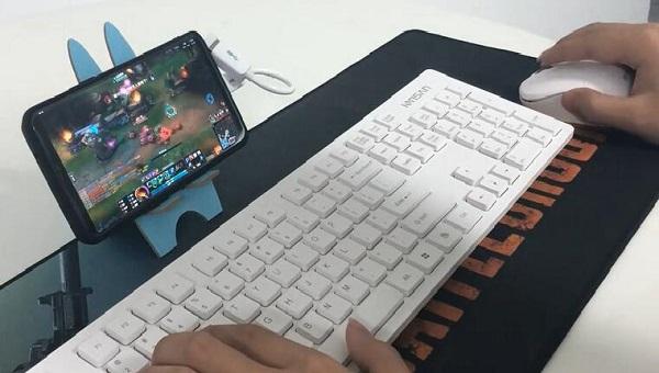 手机玩游戏.jpg