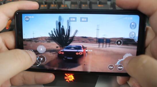 手机玩极品飞车.jpg