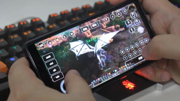 手机玩魔兽.jpg