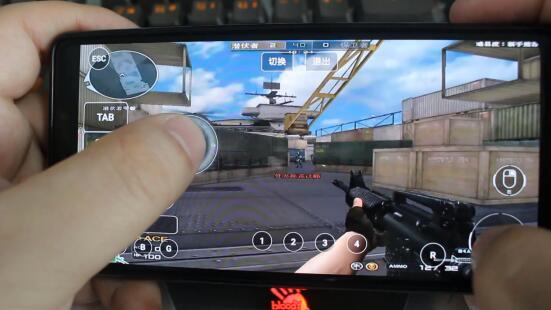 手机玩CF.jpg