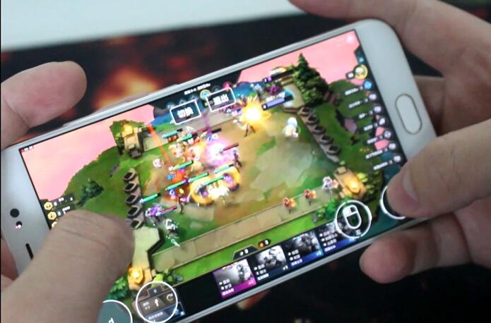 手机上用极云普惠云电脑玩云顶之弈吃鸡.jpg
